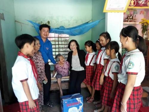 BCH Đoàn xã Quế Xuân 1 phối hợp với Liên đội trường TH Quế Xuân 1 thăm và tặng quà Mẹ Việt Nam Anh Hùng