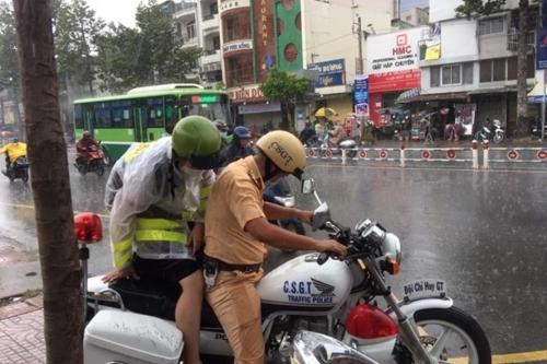Cảnh sát giao thông nhường áo mưa, giúp chở thí sinh tới điểm thi