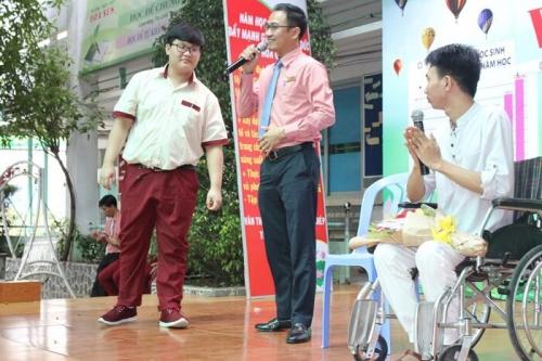 Câu chuyện về 'đôi chân tròn' và nghị lực đáng ngưỡng mộ của thầy giáo trẻ