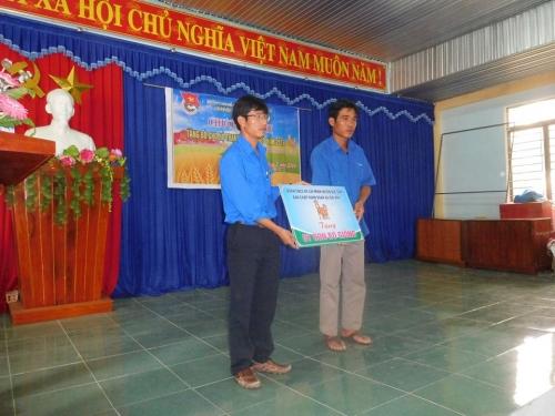 Đoàn xã Quế Hiệp trao sinh kế cho thanh niên nghèo, tư vấn SKSS