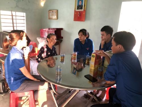 Hương An: Thăm, tặng quà, sửa chữa điện giúp hội viên Hội Cựu TNX, TYN có hoàn cảnh neo đơn.
