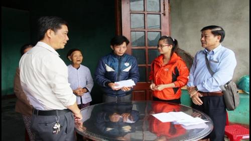 Lãnh đạo UBMTTQVN tỉnh  Quảng Nam và  UBMT huyện Quế Sơn thăm và hỗ trợ gia đình có người chết, bị thương do lũ lụt