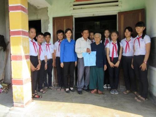 Liên đội trường THCS Quế Phú thăm và tặng quà Mẹ VNAH