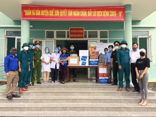 Mặt trận và các Hội đoàn thể huyện thăm, động viên và tặng quà người làm nhiệm vụ phòng chống dịch
