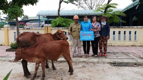 Quế Phú: Trao sinh kế cho gia đình thanh niên nghèo