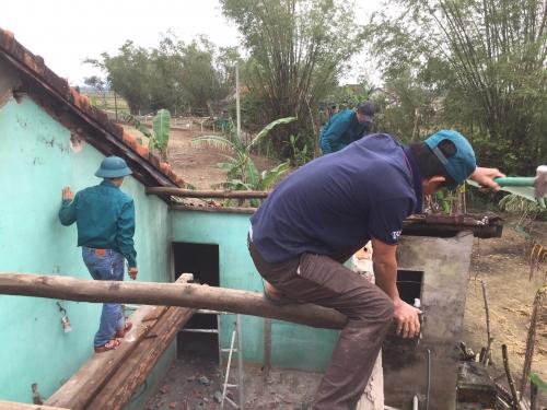 """Ra quân tháo dở để chuẩn bị xây dựng """"Ngôi nhà Khăn quàng đỏ"""" cho học sinh khó khăn tại xã Quế Xuân 2"""