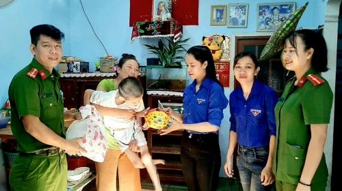 Trung thu sớm cho trẻ em khuyết tật và khó khăn trên địa bàn xã Quế Phong