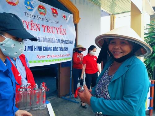 TT. Đông Phú : Tuyên truyền Covid-19 và đổi rác thải nhựa lấy chai thủy tinh