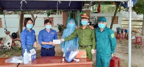 Tuổi trẻ Hương An phát miễn phí mũ chống giọt bắn phòng chống Covid