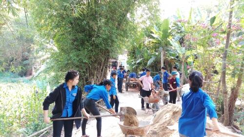 Tuổi trẻ Quế Phú tình nguyện vận chuyển vật liệu  xây dựng nhà Khăn quàng đỏ