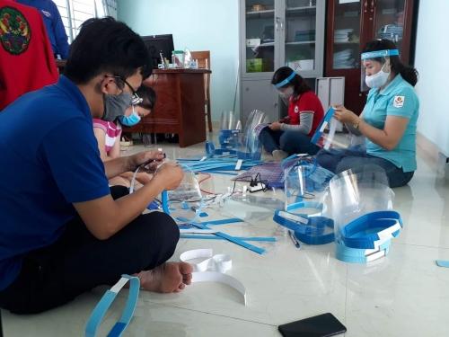 Tuổi trẻ Quế Sơn sáng tạo mũ bảo hộ y tế phòng dịch Covid-19