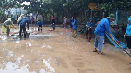 Tuổi trẻ Quế Sơn xung kích khắc phục hậu quả mưa, lũ.